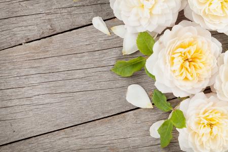 rosas amarillas: Fondo de madera con las flores frescas de rosa y copia espacio