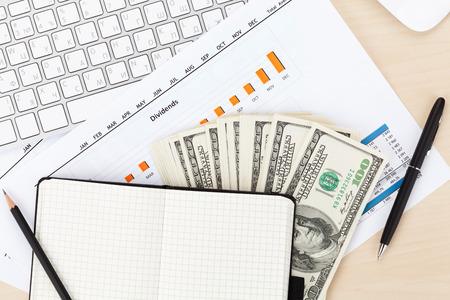 cuadro sinoptico: Vector de la oficina con la PC, suministros y dinero en efectivo. Vista desde arriba Foto de archivo