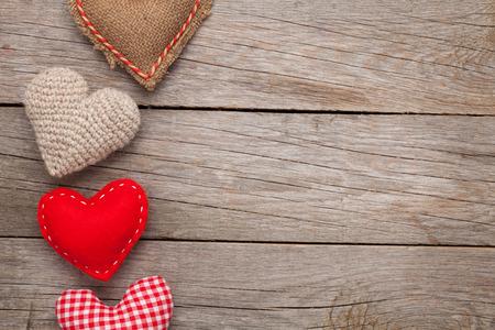 나무 테이블 위에 수제 장난감 마음 발렌타인 배경 스톡 콘텐츠