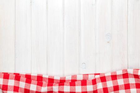 Red Handtuch über hölzernen Küchentisch. Blick von oben mit Kopie Raum Standard-Bild - 35303142