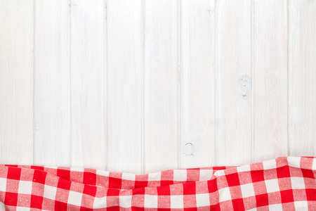 toalla: Toalla roja sobre la mesa de la cocina de madera. Vista desde arriba, con copia espacio