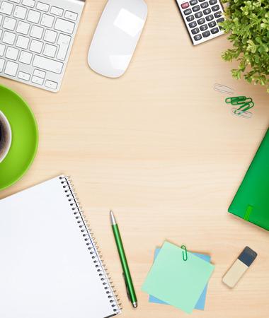 Kantoor tafel met een kopje koffie, computer en bloem. Zicht van bovenaf met een kopie ruimte Stockfoto