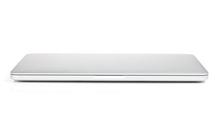 닫힌 된 노트북입니다. 흰 배경에 고립
