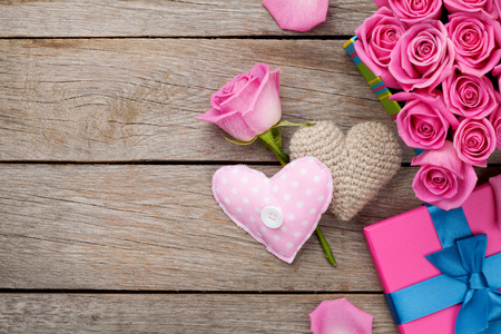ピンクのバラと木製のテーブルの上の足りないグッズ心のギフト ボックスとバレンタインデーの背景。コピー スペース平面図 写真素材