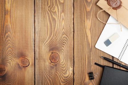 papeles oficina: Vector de la oficina con la libreta, sobres y suministros de la vendimia. Vista desde arriba, con copia espacio