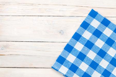 manteles: Toalla azul sobre la mesa de la cocina de madera. Vista desde arriba, con copia espacio