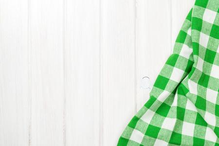 Groene handdoek over houten keukentafel. Zicht van bovenaf met een kopie ruimte Stockfoto