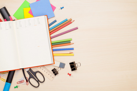Blank notepad op school en kantoorbenodigdheden op kantoor tafel. Bovenaanzicht met een kopie ruimte