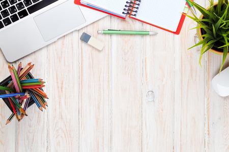 コンピューターと電源と花とオフィス デスク テーブル。コピー スペース平面図