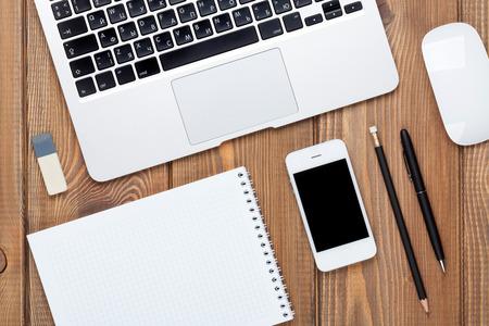 Bureau tafel met computer en benodigdheden. Bovenaanzicht met een kopie ruimte