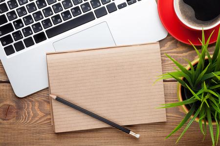 コンピューター、消耗品、コーヒー カップ、花とオフィス デスク テーブル。コピー スペース平面図