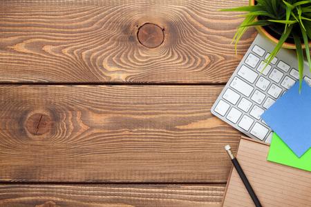 calendrier: Bureau table de bureau avec ordinateur, de fournitures et de fleurs. Vue de dessus avec copie espace Banque d'images