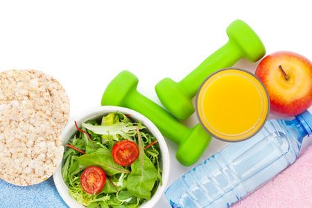 alimentos saludables: Dumbells, comida y toallas saludable. Fitness y salud. Aislado en el fondo blanco Foto de archivo