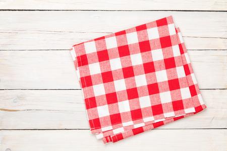 tela algodon: Toalla roja sobre la mesa de la cocina de madera. Vista desde arriba, con copia espacio