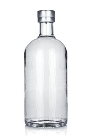 Fles van Russische wodka. Geïsoleerd op witte achtergrond Stockfoto