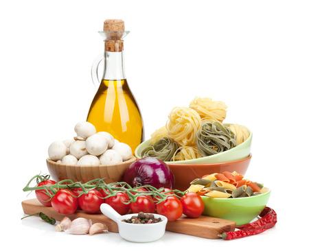 新鮮な食材の料理: パスタ、トマト、マッシュルーム、香辛料。白い背景に分離