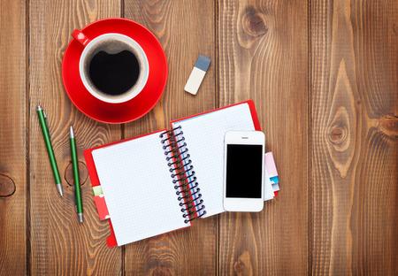 Kantoor bureau tafel met benodigdheden en een koffiekopje. Bovenaanzicht met een kopie ruimte