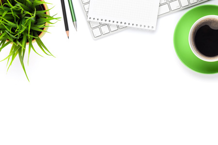 psací stůl: Psací stůl stůl s počítačem, zásoby, šálek kávy a květin. Samostatný na bílém pozadí. Horní pohled s kopií vesmíru