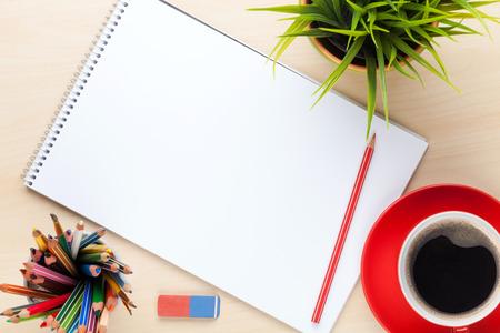 papel de notas: Mesa escritorio de oficina con los suministros, la taza de caf� y flor. Vista superior con espacio de copia
