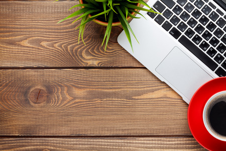 노트북 컴퓨터, 커피 컵과 꽃과 함께 사무실 책상 테이블. 복사 공간 상위 뷰 스톡 콘텐츠