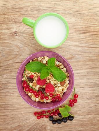 Gezond ontbijt met muesli en melk. Weergave van bovenaf op houten tafel