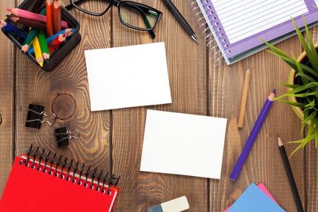 papel de notas: Vector de la oficina con la flor, suministros y dos marcos de foto en blanco. Vista desde arriba, con copia espacio