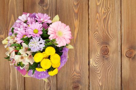 Kleurrijke bloemen boeket op houten tafel. Bovenaanzicht met een kopie ruimte