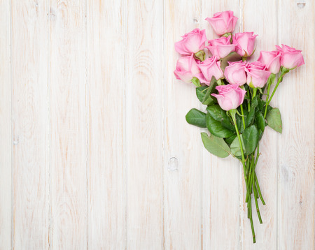 핑크 장미 나무 테이블에 꽃다발. 복사 공간 상위 뷰
