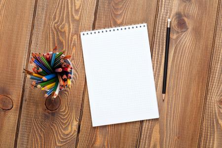kalendarz: Biuro stół biurko z notatnika i kolorowe kredki. Widok z góry z miejsca na kopię Zdjęcie Seryjne