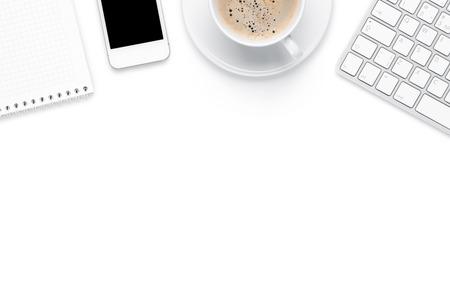 Mesa de mesa de escritório com computador, materiais e copo de café. Isolado no fundo branco. Vista de cima, com cópia espaço