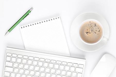teclado de computadora: Mesa escritorio de oficina con computadora, los suministros y la taza de caf�. Vista superior con espacio de copia