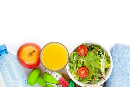 naranja fruta: Dumbells, cinta m�trica, la comida y toallas saludable. Fitness y salud. Aislado en el fondo blanco