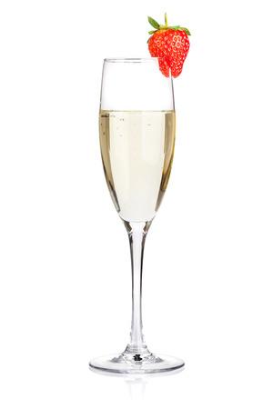 Champagne met aardbei. Geïsoleerd op witte achtergrond