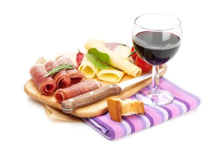 jamones: El vino tinto con queso, jamón, pan, verduras y especias. Aislado en el fondo blanco