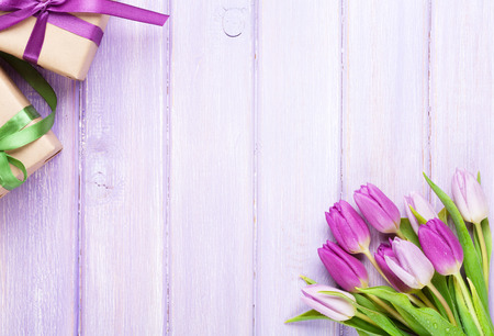 tulipan: Fioletowe tulipany i pudełka na prezenty ponad drewnianym stole. Widok z góry z miejsca na kopię