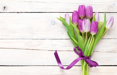 flor morada: Ramo de tulipanes p�rpura sobre la mesa de madera con espacio de copia