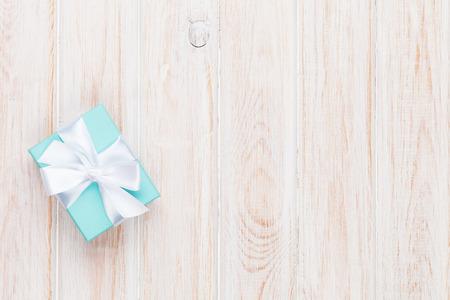 Gift box met boog over witte houten tafel met een kopie ruimte