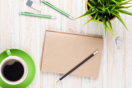 filizanka kawy: Biuro stół biurko przyborów, filiżanki kawy i kwiat. Widok z góry z miejsca na kopię Zdjęcie Seryjne
