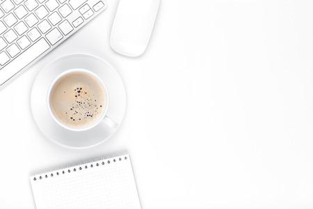 Kantoor bureau tafel met computer, leveringen en een koffiekopje. Bovenaanzicht met een kopie ruimte Stockfoto