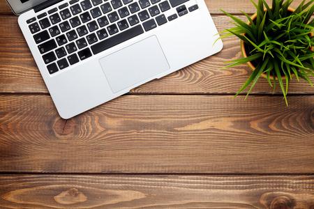 klawiatury: Siedziba stół biurko z komputera przenośnego i kwiat. Widok z góry z miejsca na kopię