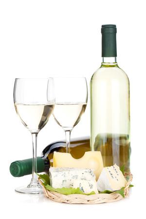 tabla de quesos: Vino blanco y queso. Aislado sobre fondo blanco