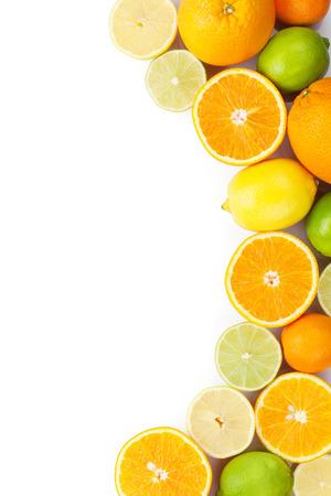 Citrusvruchten. Sinaasappels, limoenen en citroenen. Geïsoleerd op witte achtergrond met een kopie ruimte