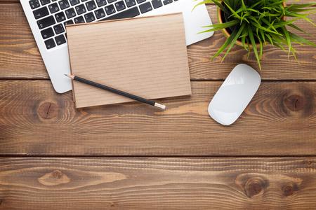 papeles oficina: Mesa escritorio de oficina con computadora, suministros y flor. Vista superior con espacio de copia Foto de archivo