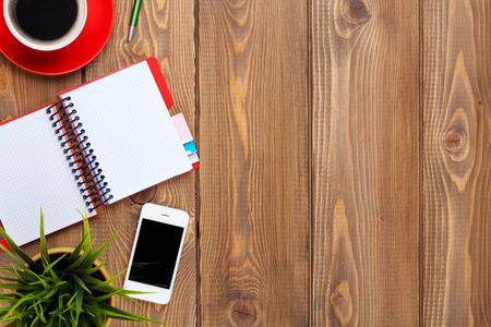 kalender: Schreibtisch Tisch mit Zubehör, Kaffeetasse und Blume. Ansicht von oben mit Kopie Raum