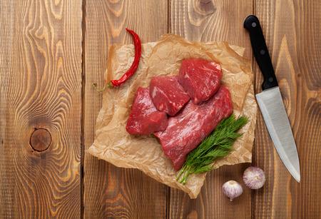 carne cruda: Filete de filete y especias en la mesa de madera. Vista superior con espacio de copia Foto de archivo