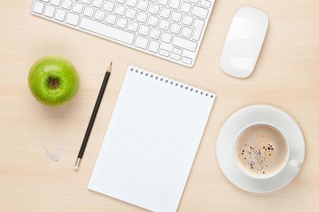 apfel: Office-Tisch mit Notizblock, Computer und Kaffeetasse. Blick von oben Lizenzfreie Bilder