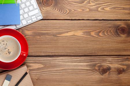 경치: 컴퓨터, 소모품 및 커피 컵 사무실 책상 테이블. 복사 공간 상위 뷰 스톡 콘텐츠