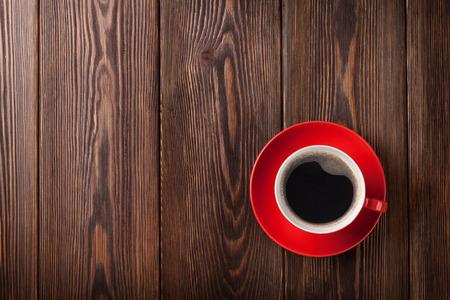 taza cafe: Taza de caf� en fondo de la tabla de madera. Vista superior con espacio de copia Foto de archivo