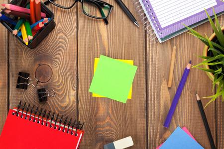 花、供給、空のオフィスのテーブルにコピー領域の投稿します。 写真素材