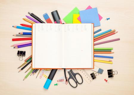papeles oficina: Bloc de notas en blanco sobre el material escolar y de oficina en la mesa de oficina. Vista superior con espacio de copia Foto de archivo